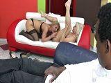 Dos maduras viciosas se montan un trío interracial - Interracial