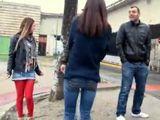 Ligando en la calle con dos mujeres casadas - Orgias