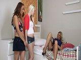 Mamá les estaba esperando en la cama… - Lesbianas