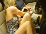 Mamá en el coche echa mano a mi polla - Incestos
