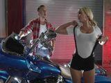 Motos de lujo y tías buenas, sexo en la moto - Zorras