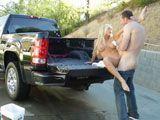 Me follo a la vecina en el coche de su marido - Casadas