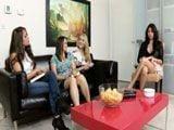 Muchas aspirantes para un puesto de trabajo - Lesbianas