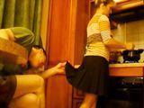 Le levanta la falda a la madre en la cocina - Incestos