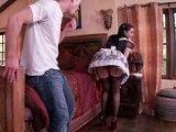 A la chica de la limpieza se le ve todo... - Amas De Casa