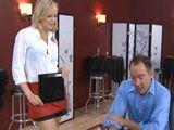 La camarera que tontea con sus clientes - Rubias
