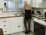 Porno duro con la abuelita en la cocina - Trios