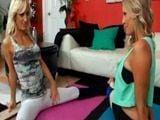 Nada mas excitante que verlas hacer yoga - Lesbianas