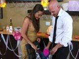 Ayudo a mi cuñada con los detalles de la boda - Zorras