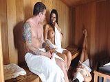 Estábamos en la sauna y me enseñó las tetas - Tetonas