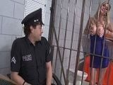 La detenida le enseñó las tetas al policía - Tetonas