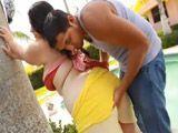 Le mete mano a la gorda en la piscina - Gordas