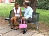 Ayuda a una desconocida en el parque - Casadas