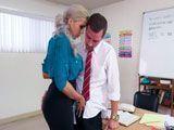 La profesora le echó mano en la polla - Profesoras