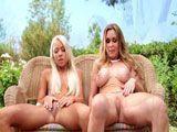 Madre e hija se lo montan en el jardín - Lesbianas