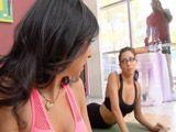 El vecino mirón viendo a las mujeres hacer yoga - Actrices Porno