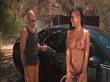¿Guapa, quieres que te ayude a lavar el coche? - Cerdas
