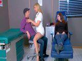 La doctora anestesió a la mujer para follarse a su marido - Rubias