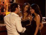 El joven se liga a dos maduras sexys en la discoteca - Trios