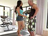 Jessica Bangkok tonteando con su entrenador - Actrices Porno