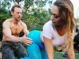 El profesor de yoga alucina con el culo de la alumna - Culos