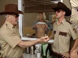 Madura intentando llamar la atención del sheriff - Trios