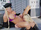 Prostituta y policía acaban liándose en comisaría ... - Lesbianas