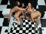 Cuatro amigas disfrutando juntas, no necesitan pollas - Lesbianas