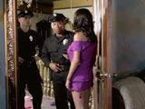 Agentes de policía registran la casa de McKenzie Lee - Amas De Casa