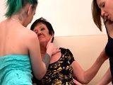 La abuela se anima a zorrerar con sus guapas nietas - Abuelas