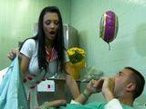 La enfermera de noche alucina con el pollon del paciente - Actrices Porno