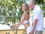 El profesor de tenis se arrima mucho a su alumna madura - Casadas