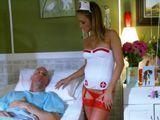 La enfermera se quiere cepillar al recién operado - Actrices Porno