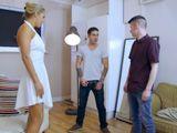 Cuando el marido se va ella mete a dos jovencitos en casa - Trios