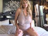 La tía me espera en su habitación y está muy cachonda - Tetonas
