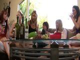 Amigas de fiesta, se acaban comiendo los chochitos - Lesbianas