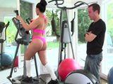 Madura culona va al gimnasio a provocar a los tíos !! - Culos