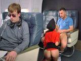Volar en primera clase tiene estas cosas, que te la chupan - Porno HD
