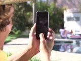 Madre e hija toman el sol, él las graba con su móvil ... - Trios