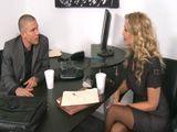 Como le está poniendo a la señora el joven abogado … - HD
