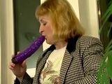 Mamá va a descubrir el placer de un gran consolador - Masturbaciones