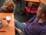 La camarera madura me ha manchado el pantalón sin querer - XXX