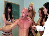 Profesora y alumnas se lo quieren follar entre todas - Orgias