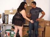 La jefa gorda mete mano a uno de sus empleados ... - Gordas