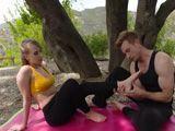 El yoga en mitad del campo se convierte en un polvo - Rubias