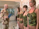 Pasando revista a las reclutas recién llegadas al cuartel - Sexo Fuerte