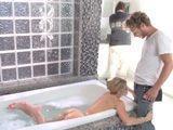 Tontea con el fontanero y el marido no se da ni cuenta - Casadas