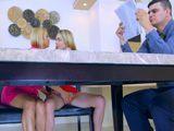 Madre e hija se meten mano por debajo de la mesa … - Sexo Fuerte