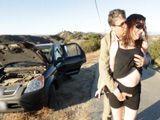 El coche les ha dejado tirados así que se ponen a follar - Casadas