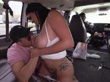Mientras el hermano conduce, él le echa un polvo a la novia - Tetonas